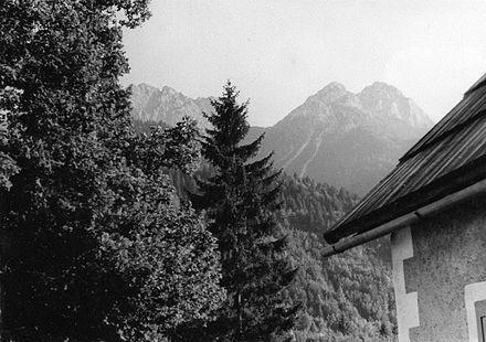 Il monte Due Pizzi visto da Malborghetto. Sulla sinistra si intravede il monte Piper (1960)