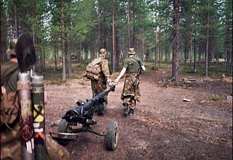 95 S 58-61 - Finnish conscripts in a training exercise, marching with a heavy recoilless rifle. Image from 1997.