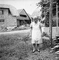 Oblečena za žetev v belem predpasniku, Viševek 1962.jpg