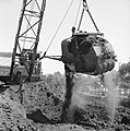 Ontginning, grondbewerking, egaliseren, bezanden, draglines, waterregge, Bestanddeelnr 159-0420.jpg