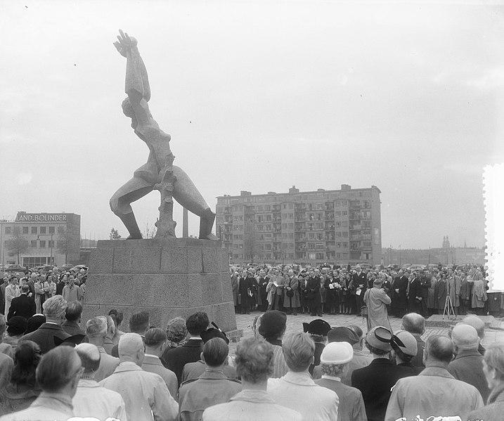 File:Onthulling door mevrouw Van Walsum van het beeld van Zadkine te Rotterdam, Bestanddeelnr 905-7259.jpg