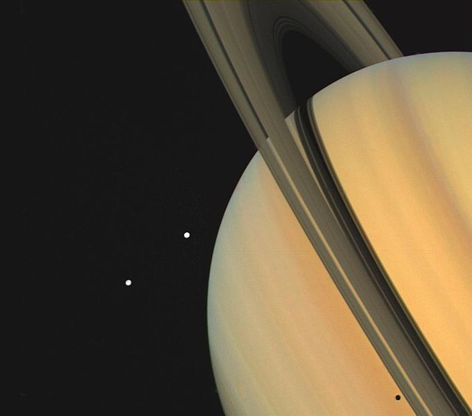 Datei:PIA00024 Saturn With Tethys and Dione.jpg