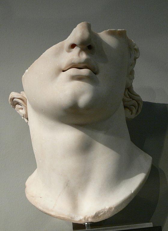 Statue de tête colossale à Pergame (2e siècle avant JC). Photo de Wolfgang Sauber.