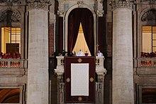 La prima apparizione del nuovo papa. Dopo una breve meditazione tenuta dal  ... e92aec85f