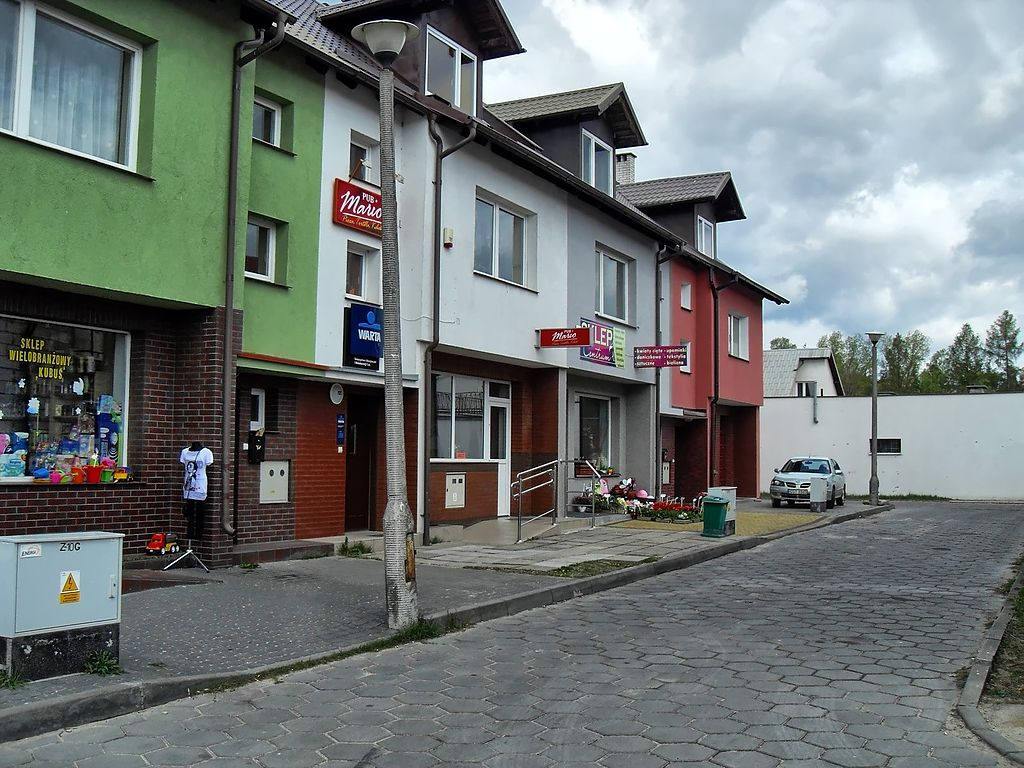 1024px-Pawilony_handlowe_przy_ulicy_Mostowej.jpg