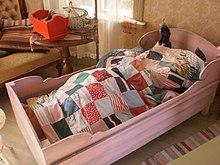 Una riproduzione di Pippi Calzalunghe che dorme nel suo letto all'interno di Villa Villacolle (Visby)