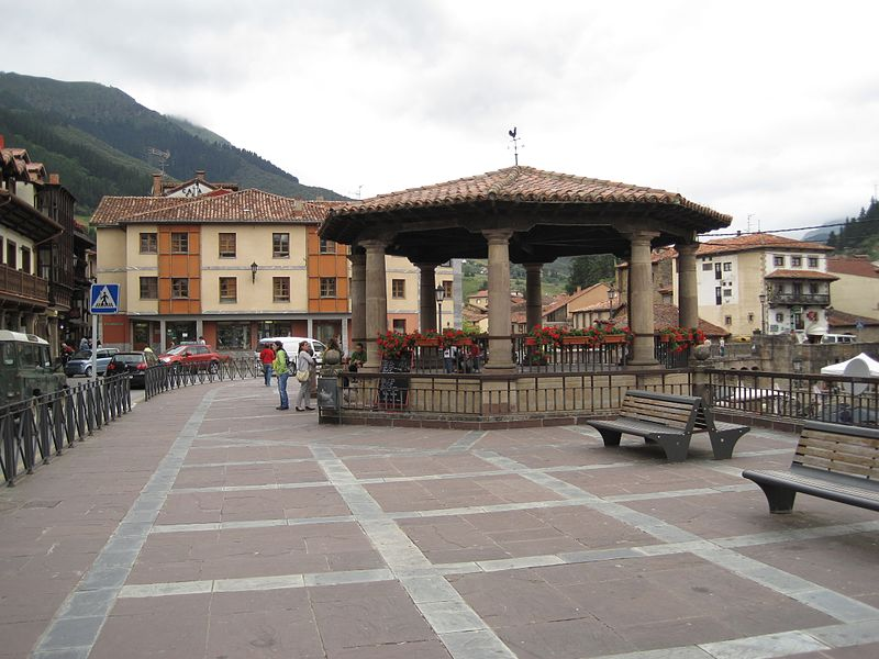 File:Plaza Capitán Palacios, Potes.jpg