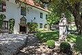 Poertschach Schloss Leonstain Innenhof mit Brahms-Denkmal 27082015 7096.jpg