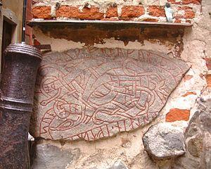 Uppland Runic Inscription 53 - Image: Prästgatan runsten närbild mars 2007