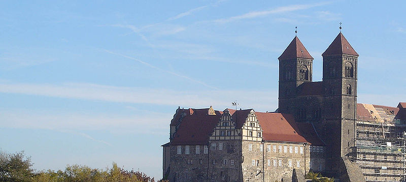 http://upload.wikimedia.org/wikipedia/commons/thumb/6/64/Quedlinburg_Schloss_Pano.jpg/800px-Quedlinburg_Schloss_Pano.jpg