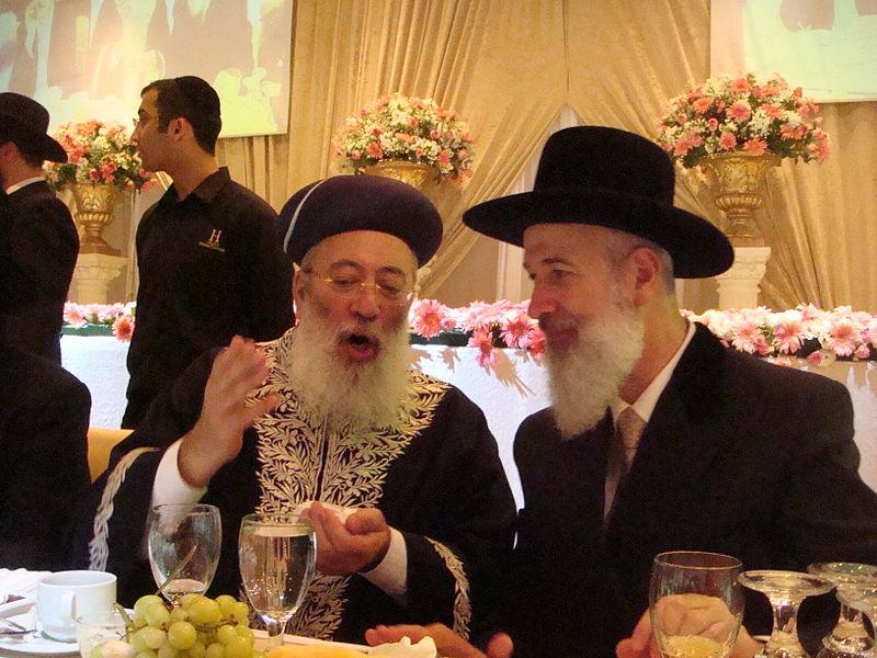 הרבנים הראשיים לישראל' הראשון לציון הרב שלמה עמאר והרב הראשי האשכנזי יונה מצגר' בחתונת מרדכי ותהילה מצגר.
