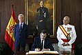 Rajoy firmando.jpg
