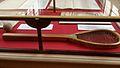 Raquette du jeu de paume exposé à la Salle du Jeu de Paume de Versailles.jpg