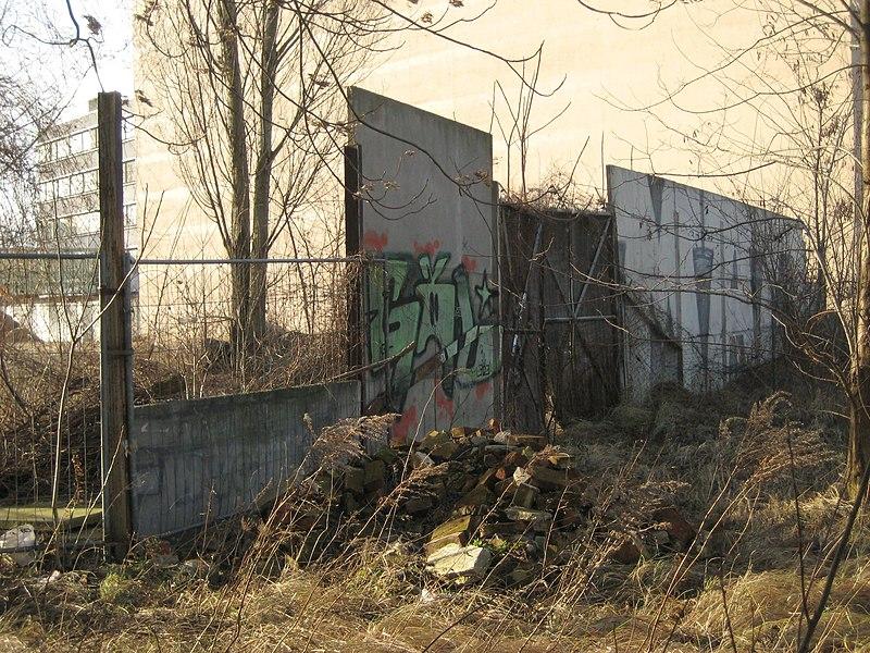 ملف:Rest Hinterlandmauer mit Tor, Chausseestraße.jpg