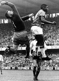 """""""Rio-Kalle"""" i kamp med Pelé, VM-Finalen Sverige-Brasilien, Råsunda 1958."""