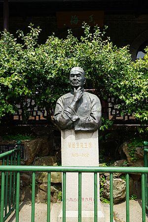 Rong Desheng - Image: Rong Desheng Statue