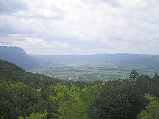 mittelgebirgiger Hügelzug am Nordwestrand des Karst des Dinarischen Gebirges im Südwesten Sloweniens