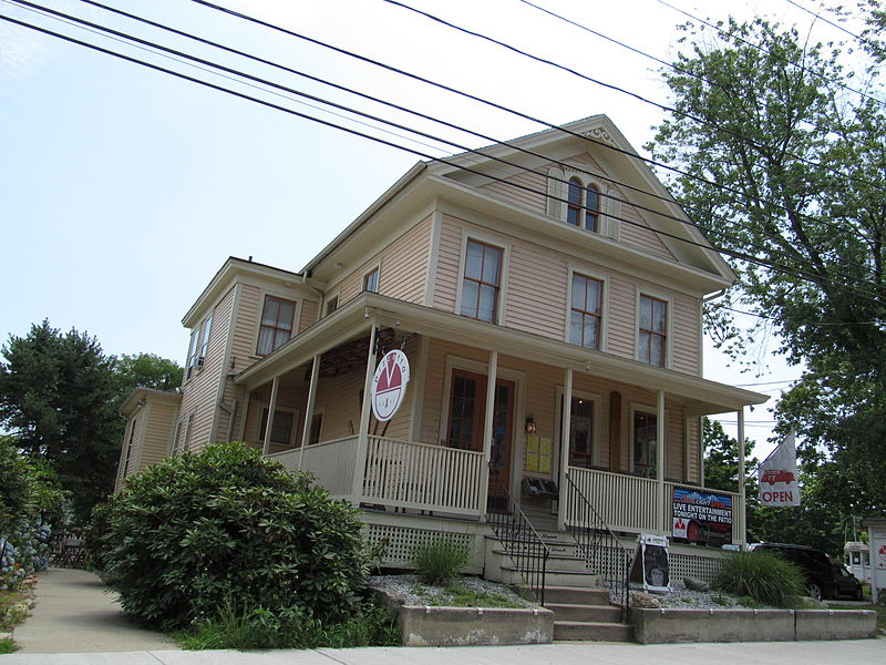 File:Scenic old house in Mystic, Connecticut -a.jpg