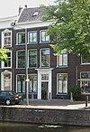 foto van Herenhuis met lijstgevel van vier vensterassen. Gesneden deuromlijsting en kalf in Lod. XVI-stijl. Hardstenen vensterdorpels; kroonlijst met verdiepte velden. Stoeppalen