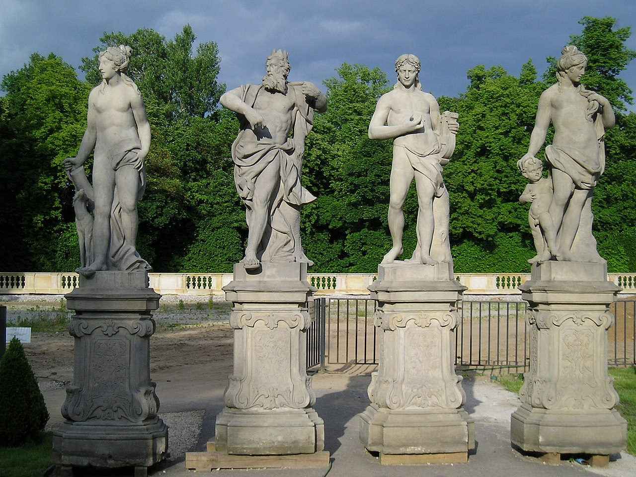 Скульптуры Вилановского дворца.jpg