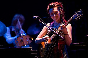 Shara Worden actuant amb My Brightest Diamond al Pabst Theater a Milwaukee el 2006