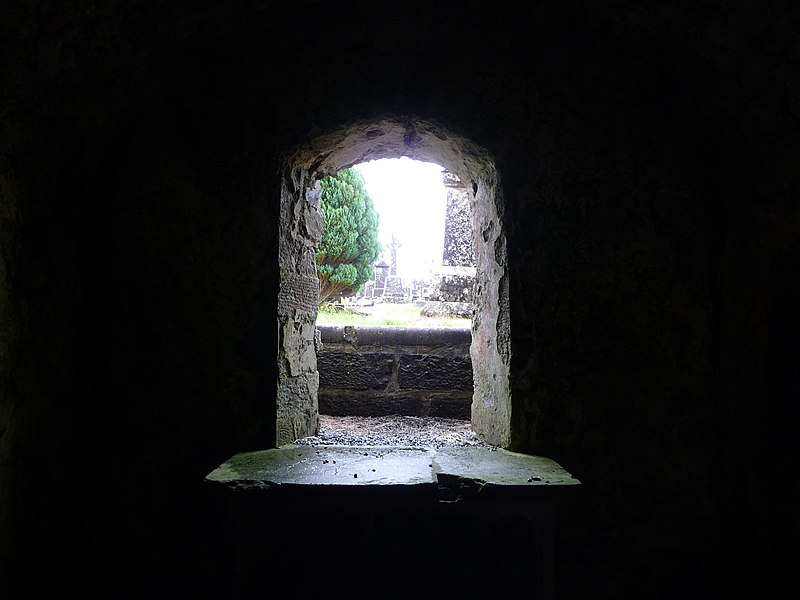 File:Short window at Carmelite abbey ruins - panoramio.jpg