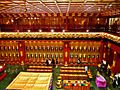 Singapore Buddha Tooth Relic Temple Innen Vordere Gebetshalle 06.jpg