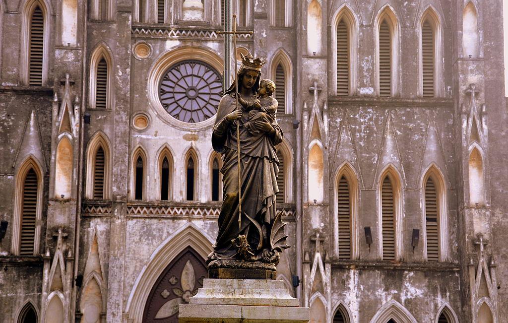 Statue de Notre Dame devant la la Cathédrale Saint Joseph à Hanoi - Photo de Eustaquio Santimano