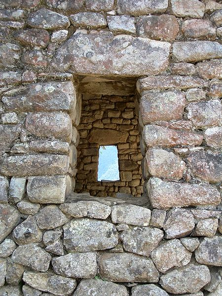 Archivo:Stone windows macchupichu.jpg
