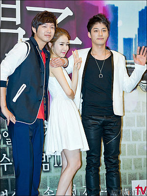 Queen In-hyun's Man - The cast at the press conference in April 2012. Left to Right: Ji Hyun-woo, Yoo In-na and Kim Jin-woo.