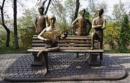 Um monumento de pedra Inglês banda The Beatles em Almaty, Cazaquistão