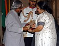 The President, Dr. A.P.J. Abdul Kalam presenting Padma Shri to Smt. Fatma Rafiq Aakaria, for her contribution in journalism, social work, publishing and education, at investiture ceremony in New Delhi on March 29, 2006.jpg