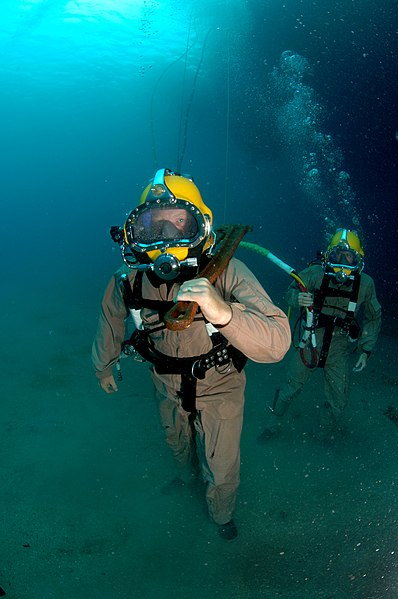 Fichier:USN diver walks across the seabed.jpg