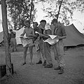 Uitdelen van de Pen & Gun in een kamp op Malakka, Bestanddeelnr 255-8273.jpg