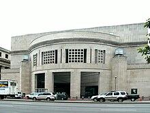 La entrada de la calle 14 de USHMM.  Large, fachada rectangular con abertura redondeada.