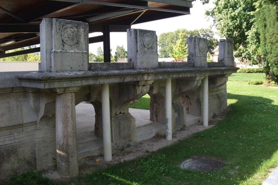 Ruines, balcon du château de Bary dans la parc de la mairie de Val de Vesle.