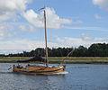 Varende boot met motor en mast voor zeil in spui Holland.jpg