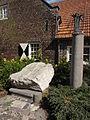 Venray Geijsteren, De kei (carnavalsmonument) met sculptuur De Polonaise Mieke van Uden.JPG