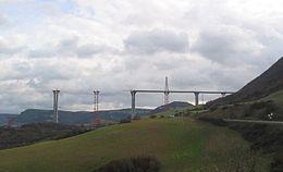 21703def674 Het viaduct in aanbouw met twee tijdelijke tussenpijlers en het dek incl. de  tuiconstructie die over de pijlers 'schuift'