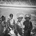 Vier kinderen, twee meisjes en twee jongens, met markante hoofddeksels in een do, Bestanddeelnr 18 1.jpg