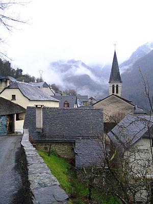 Aas, Pyrénées-Atlantiques - Image: Village d'Aas vue de la route de Bagès Pyrénées Atlantiques France (2007)