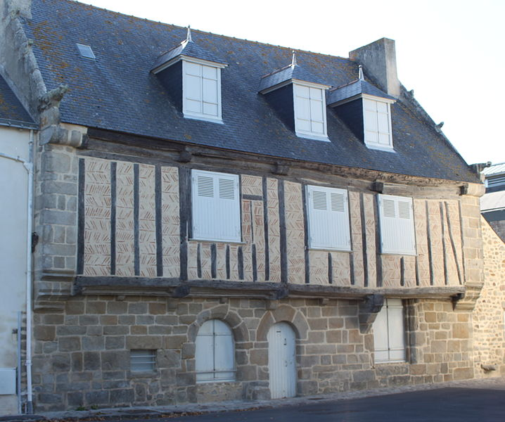 Maison à pans de bois et en arête de poisson, 4 place Dinan, Fr-44-le Croisic.Construite au XVIe siècle, ses huisseries et volets datent du XVIIIe.(d'après un architecte du patrimoine qui a réalisé l'étude et la restauration de cette maison)