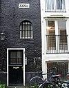 foto van Pakhuis met puntgevels aan voor- en achterzijde, de eerste met jaartalstenen