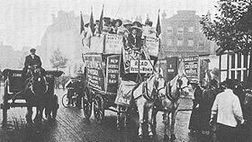 Donne della Women's Social and Political Union durante una campagna politica per il suffragio femminile, in Kingsway, Londra. Anno 1911 circa.