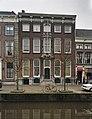 Zicht op voorgevel voorzien met een hardstenen pronkrisaliet en een kroonlijst met gesneden consoles - Delft - 20389936 - RCE.jpg