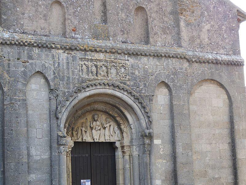 Tympan  et retable encastré du portail roman (XIIème siècle) de  l'église Saint-Laurent de Laître-sous-Amance en Meurthe-et-Moselle.