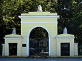 Ограда с воротами церкви Воскресения Словущего.jpg
