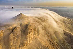 Brouillard d'advection sur le makhtesh Ramon dans le désert du Néguev, photographié depuis un drone. (définition réelle 5417×3611)