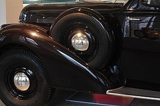 Škoda Superb (1934–1949) - From 1939, the Superb had spare wheels placed behind the front mudguard instead of under the floor of the trunk.