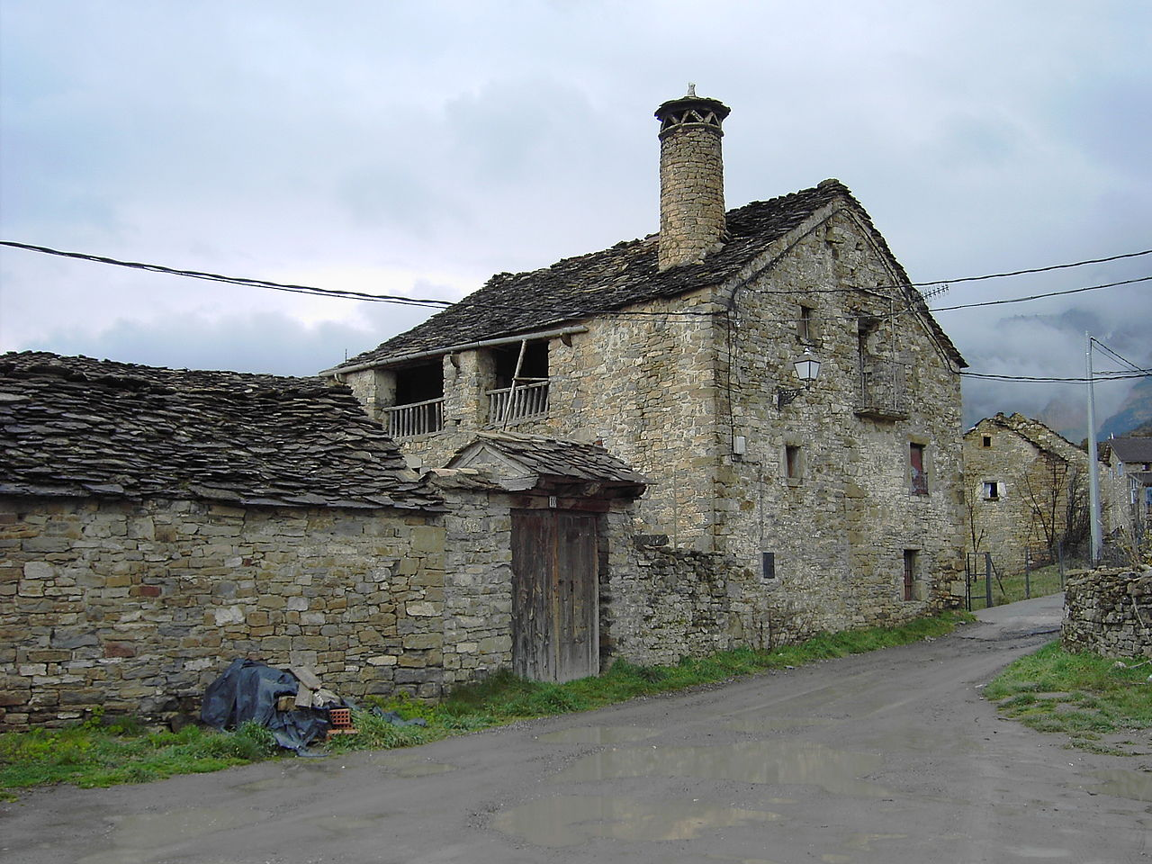 File 138 buerba casa jpg wikimedia commons - Exteriores de casas rusticas ...